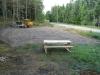 Åke planerar ut gruset på parkeringsplatsen